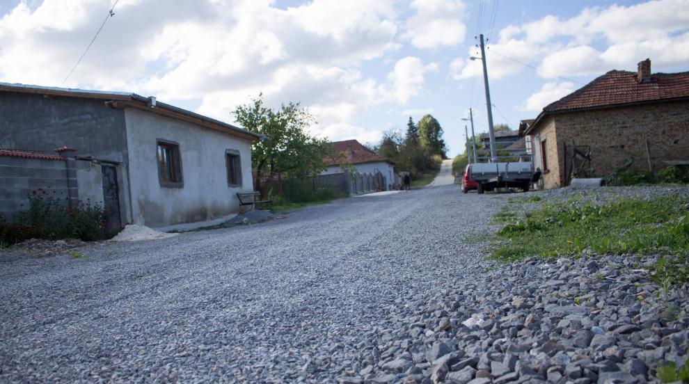 Семейство, работещо в чужбина, стегна улица със собствени средства (СНИМКИ)