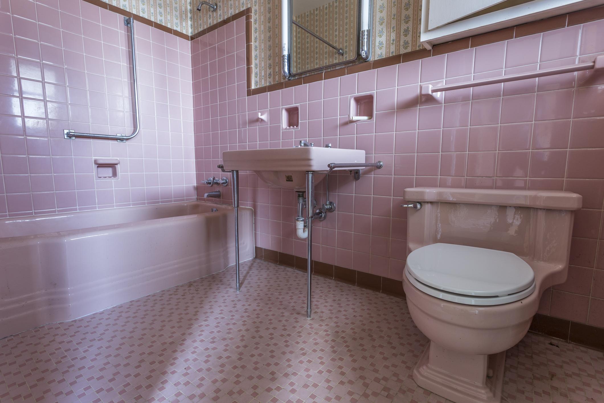 Розови плочки в банята. Класика в жанра, както се казва. Но ако не ви се занимава с ремонт или пребоядисване на стените (ако по тях няма плочки), то може да сложите малки постелки за баня в розово, да добавите и други акценти в този цвят.
