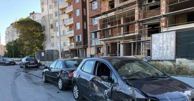 Няколко паркирани коли бяха помляни снощи от кола с неадекватен