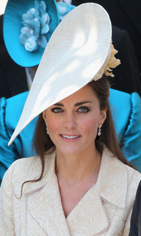 Кейт Мидълтън на сватбата на Зара Филипс. Шапката е същата, с която херцогинята бе на сватбата на Меган Маркъл.