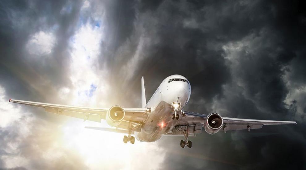 Пътнически самолет не улучи пистата и се приземи в лагуна (ВИДЕО/СНИМКИ)