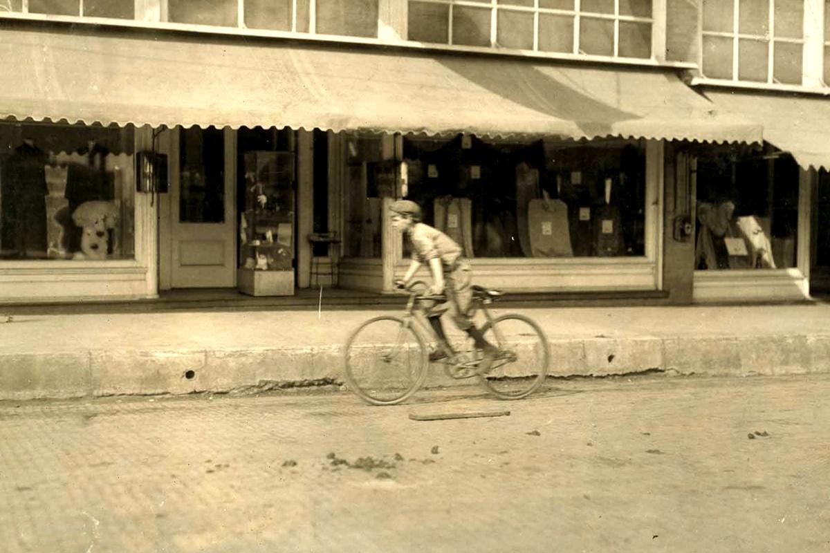 Ноември 1913 г.: Първи Невил, 11 г. Казва, че работи като пощальон от 4 години.