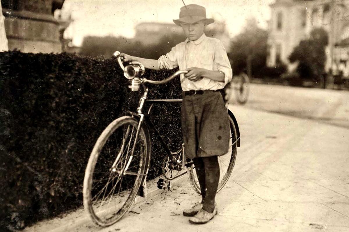 Октомври 1913 г.: Лутър Уартън, 12 г. Работи всеки ден от 16:00 ч. до след полунощ. Разнася лекарства. Седмично заплащане - 5 долара.