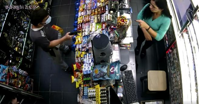 Продавачка обезвреди крадец, заплашил я с пистолет Младеж се опита