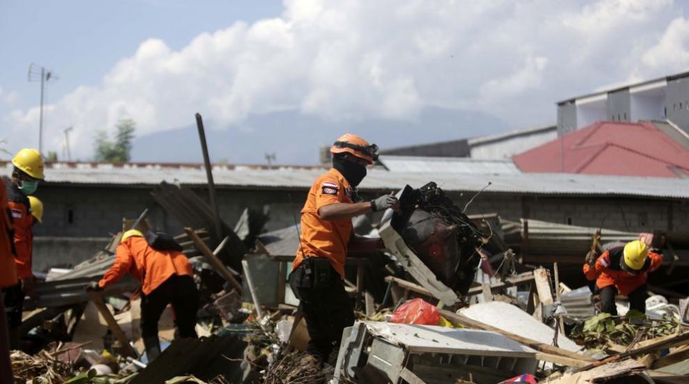 Жертвите от труса в Индонезия вече са над 1600, стотици още се водят изчезнали