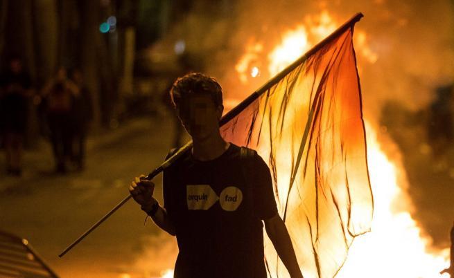Камъни и бутилки летяха срещу полицията в Каталуния