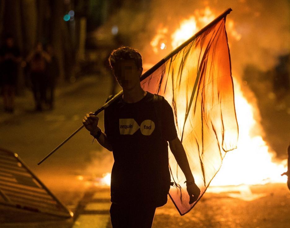 - Стотици протестиращи сепаратисти събориха огражданията пред входа на регионалния парламент