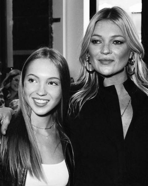 Порасналата Лила Грейс Мос е копие на своята майка. Дъщерята на Кейт Мос вече е на 16 г. и прави първите стъпки в модата. Младото момиче много прилича на супермодела в началото на нейната кариера. Убедете се от снимките в галерията ни.