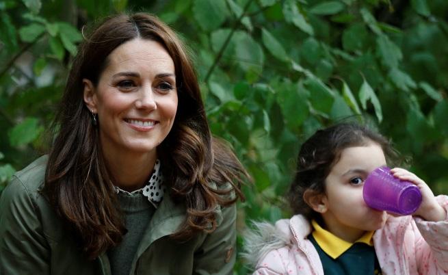"""Херцогиня Кейт Мидълтън се завърна към обществените си прояви след 6-месечен """"отпуск по майчинство"""". При първата си изява Кейт се срещна с израснали в града деца, които получават невероятната възможност да разберат повече за природата и живота извън големия град, съобщават от двореца Кенсингтън."""