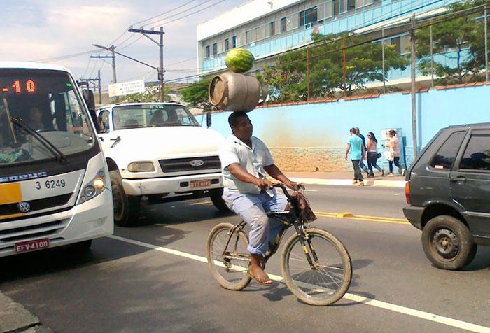 А това е чиста проява на невероятни еквилибристични способности в ежедневието. Самото запазване на предметите в равновесно положение е майсторство, но трябва да прибавим и компенсацията на центробежната сила от движението на велосипеда.