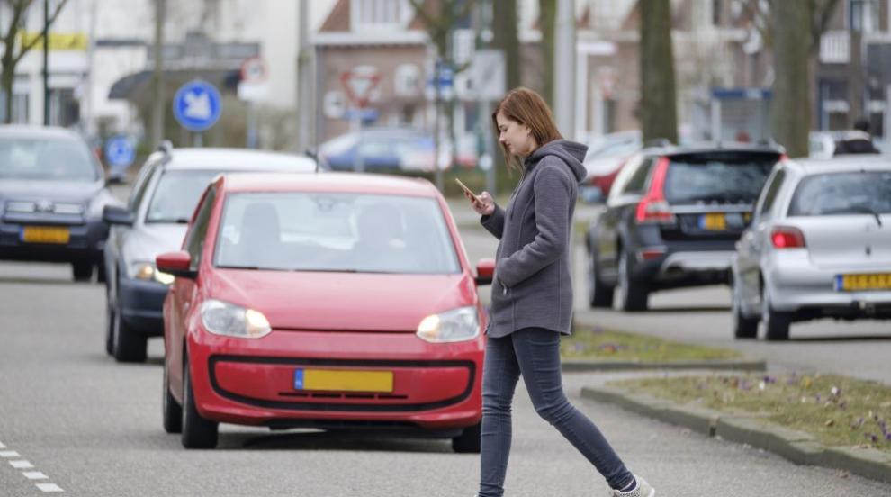 Литва забрани ползването на телефони по улиците