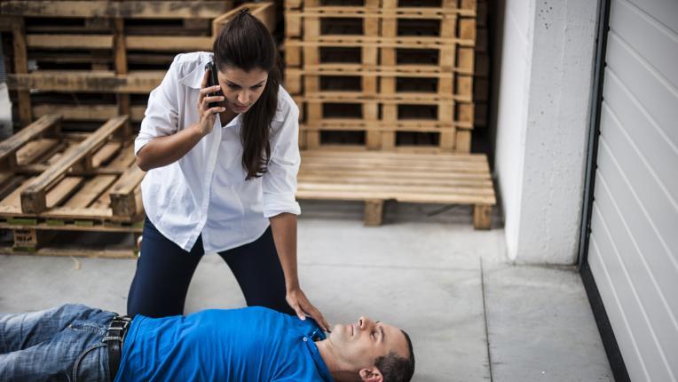 Какво да направите, ако някой припадне пред очите ви
