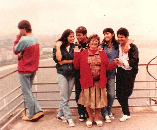 Това момче присъства на семейна снимка без да предполага, че 7 години след това ще срещне любовта на живота си, която в онзи момент е стояла точно зад него.