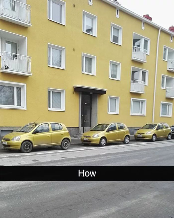 Три коли с един модел и цвят, паркирани пред сграда в същия нюанс.