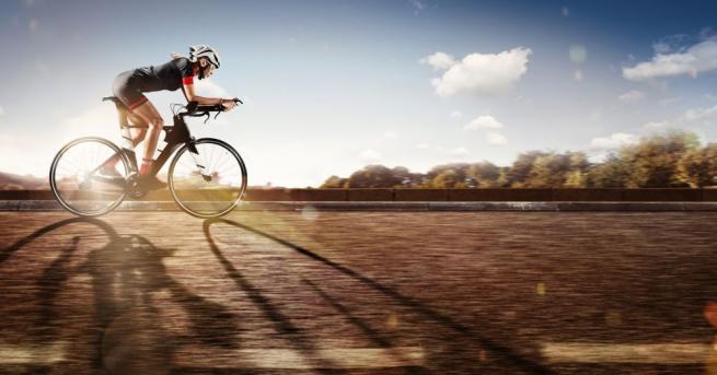Жена, която върти педалите на велосипед с 296 км/ч. Изглежда