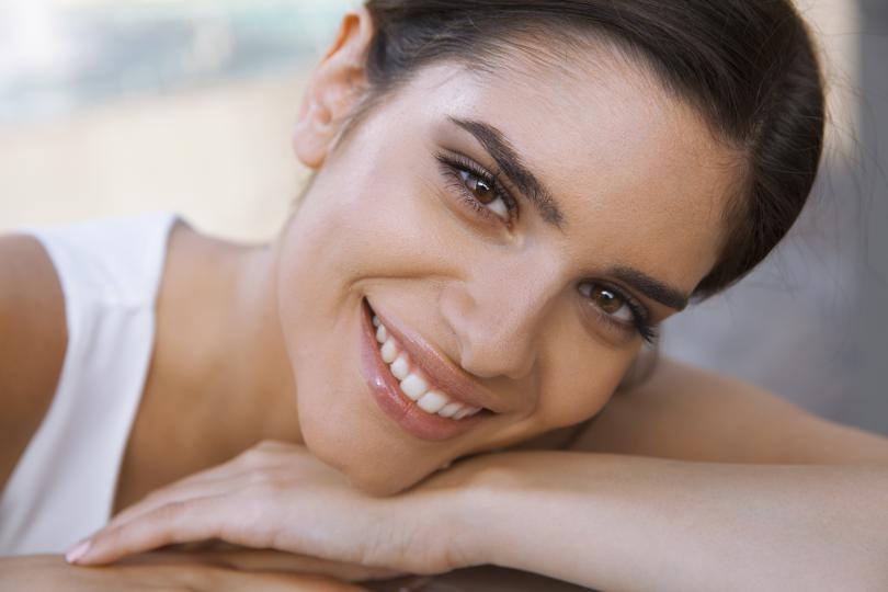 <p>Често билката се използва за почистване на лицето, тъй като прави кожата по-мека и здрава. За целта смесете две кафени чаши алое вера с 8-10 капки екстракт от корена на ангелската билка. Сместа е ефикасна не само за измиване на лицето, но и за справяне с акнето. За целта се препоръчва да почиствате лицето си сутрин и вечер.</p>