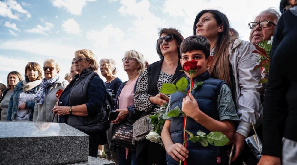 Погребаха Шарл Азнавур в семейната гробница край Париж (СНИМКИ)