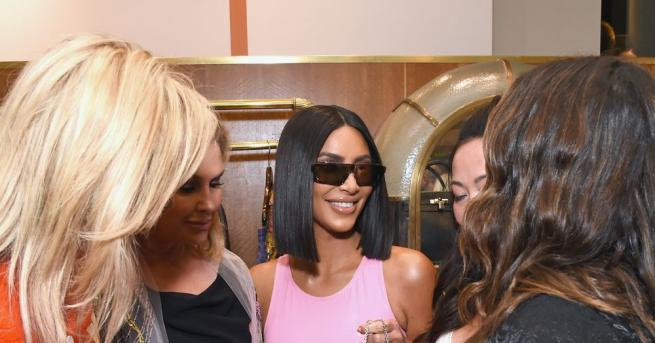 Риалити звездата Ким Кардашиян се появи с шлифер и ботуши