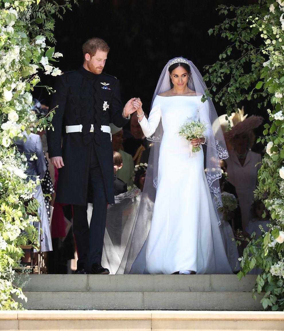 """Принц Хари и Меган се врекоха във вярност в параклиса """"Сейнт Джордж"""" на замъка Уиндзор. Булката беше облечена в семпла бяла рокля на """"Живанши""""."""