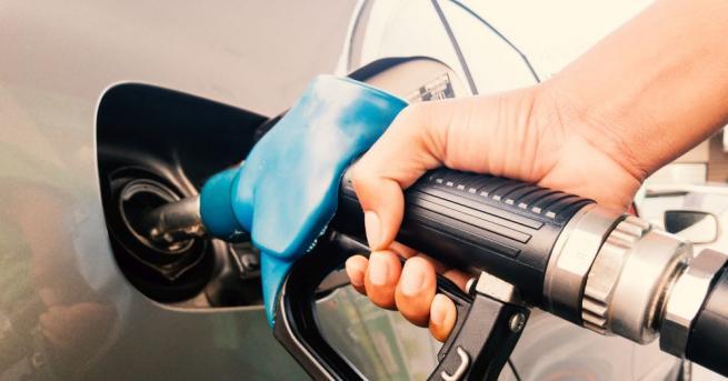 От 12 октомври: Бензиностанции и коли с нови стикери за