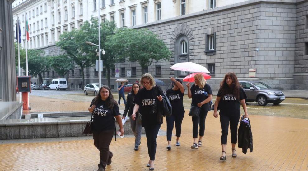 """Майки от """"Системата ни убива"""" излизат на протест, искат оставката на..."""