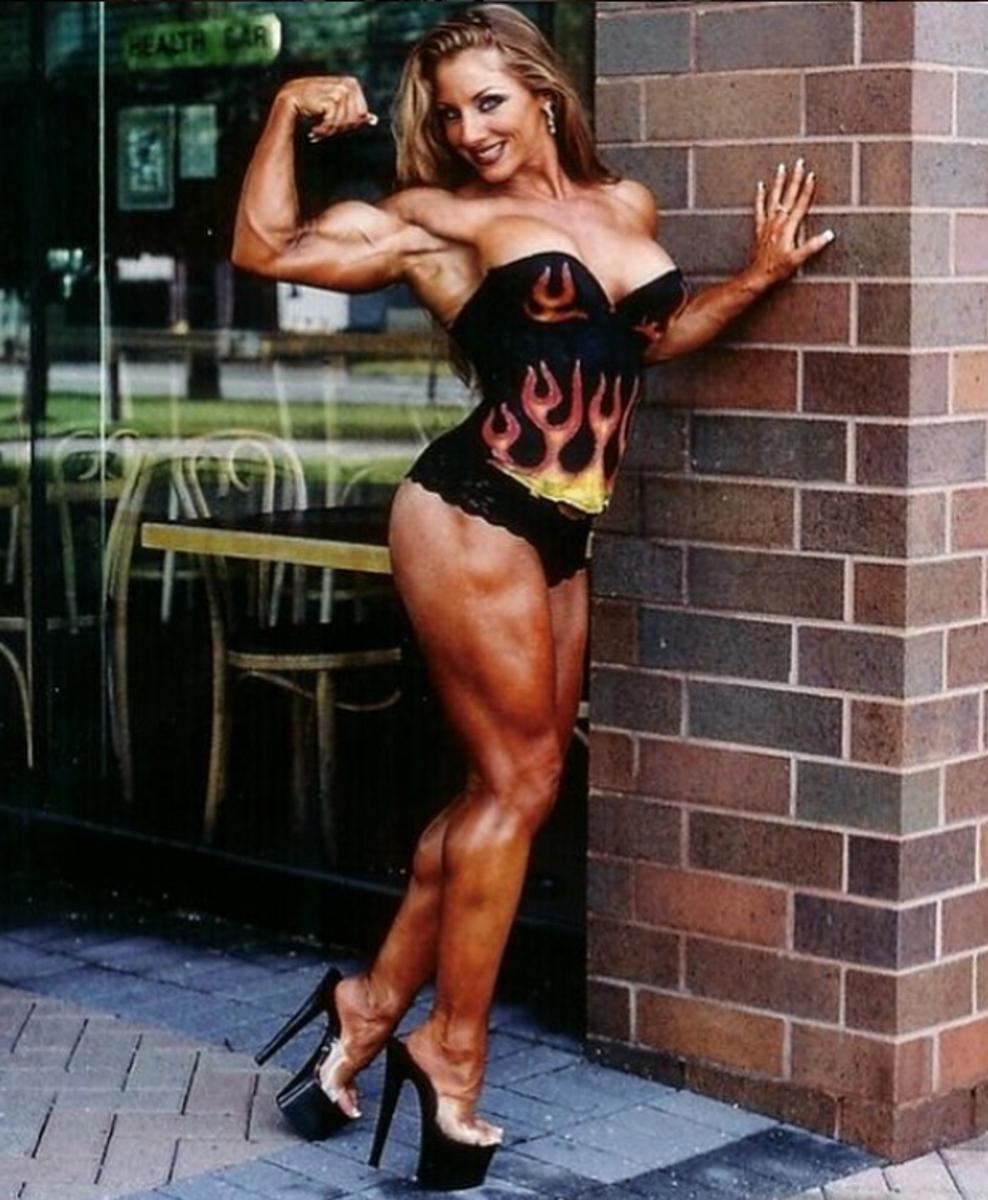 Линдзи Мулинази е треньор, нутриционист и модел. Нейната фигура я прави изклчително популярна в социалните мрежи.