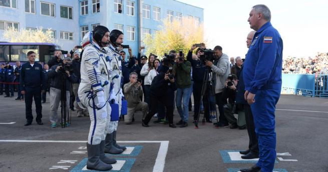 Космонавтът на Роскосмос Алексей Овчинин и американският му колега от