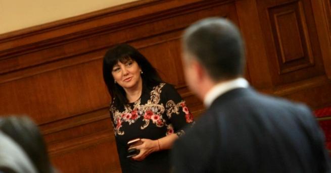 Омбудсманът Мая Манолова дойде в парламента, за да проследи гласуването