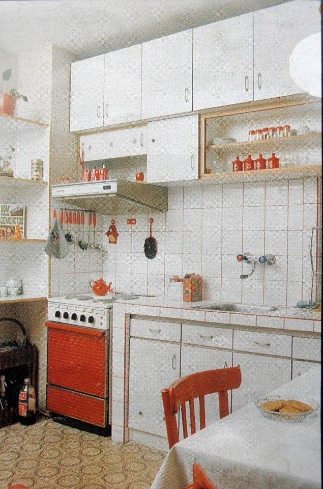Махнете вратичките на горните шкафове<br /> Това е добра идея за шкафове, ако вратичките са невъзможни за пребоядисване. Когато махнете вратичките и пребоядисате или облепите вътрешността с подходящо фолио, ще имате изцяло нов вид на кухнята. Ще подредите чиниите, ще сложите като на изложба хубавите си тенджери и никой няма да пита защо нямате вратички. Просто ще имате кухня с отворен вид.