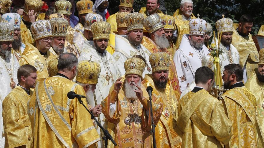 <p>Украйна се откъсна от Москва, Русия заплашва православието</p>