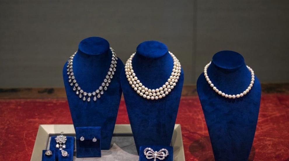 Ценител плати близо 2 млн. долара за диамантена брошка на кралица Мария...