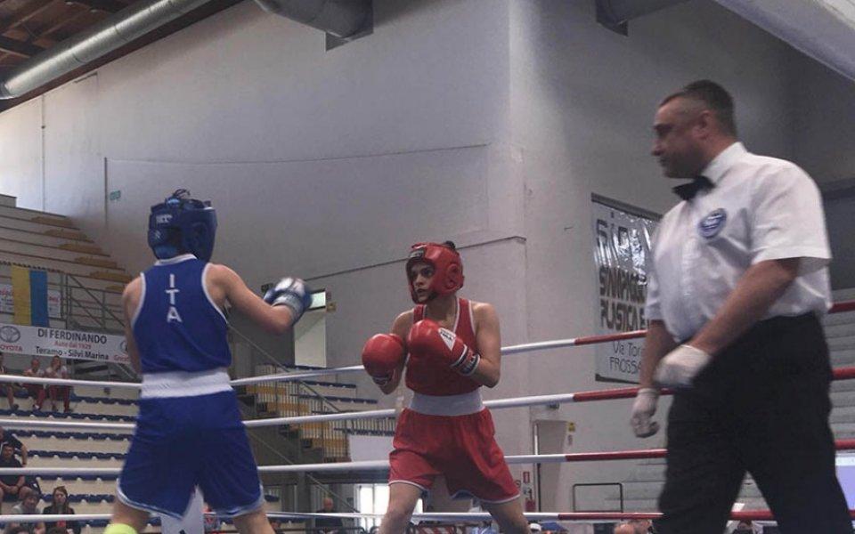 Горяна Стоева срещу  боксьорка от Узбекистан в Буенос Айрес