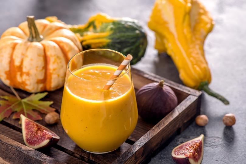 <p><strong>Високо съдържание на витамин </strong><strong>A</strong></p>  <p>Всъщност тиквата съдържа бетакаротин &ndash; пигмент, който тялото трансформира във витамин А. Диетологът и хранителен специалист Самър Юл обяснява, че за разлика от приемането на този витамин чрез животински продукти, с ползването на растителни източници няма опасност от токсичност при повишено количество бетакаротин.</p>  <p>Витамин А благоприятства също и зрението. Той е важна съставна част от протеина родопсин, който възприема светлината през рецепторите на ретината.</p>  <p>Тъй като витамин А помага за намаляването на възпаленията и укрепва имунната система, намалявайки вредата, нанасяна от свободните радикали, този витамин се свързва и с по-нисък риск за заболяване от рак.</p>  <p>Смята се, че половин чаша тиква, било то свежа или консервирана, съдържа около 100% от необходимата дневна доза витамин А. Затова е добра идея да похапваш тиква, смесена с овесени ядки или като част от смути.</p>