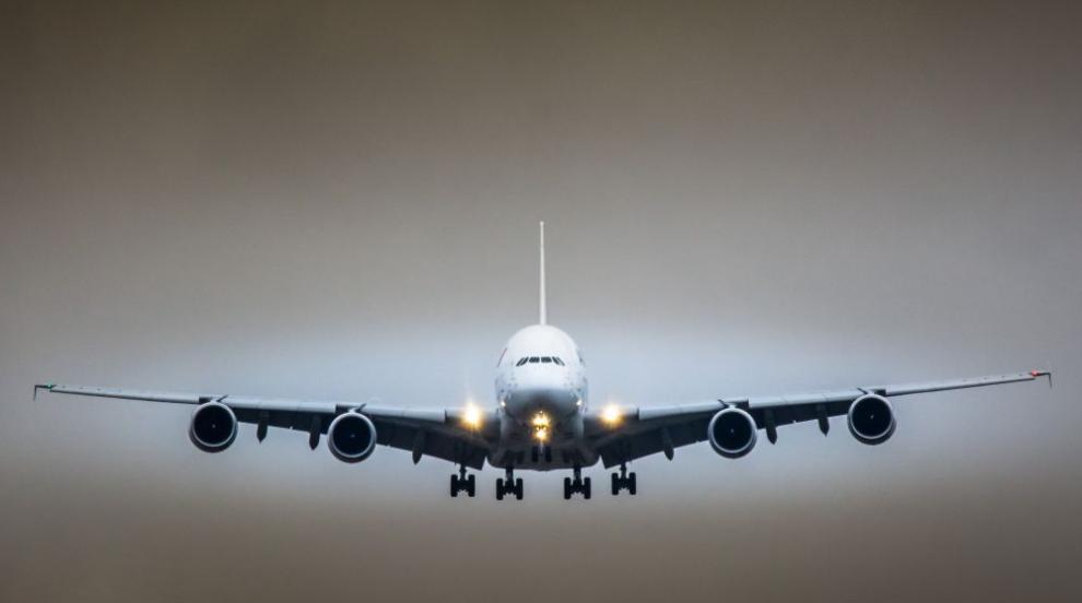 Пътнически самолет кацна аварийно, има ранени (ВИДЕО)