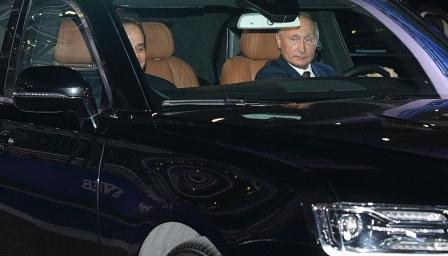 Путин се хвали с новата си кола, повози президента на Египет на писта за  ...