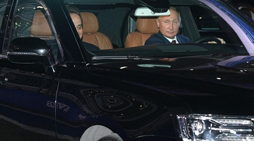 Путин се хвали с новата си кола, повози президента на Египет на писта за...