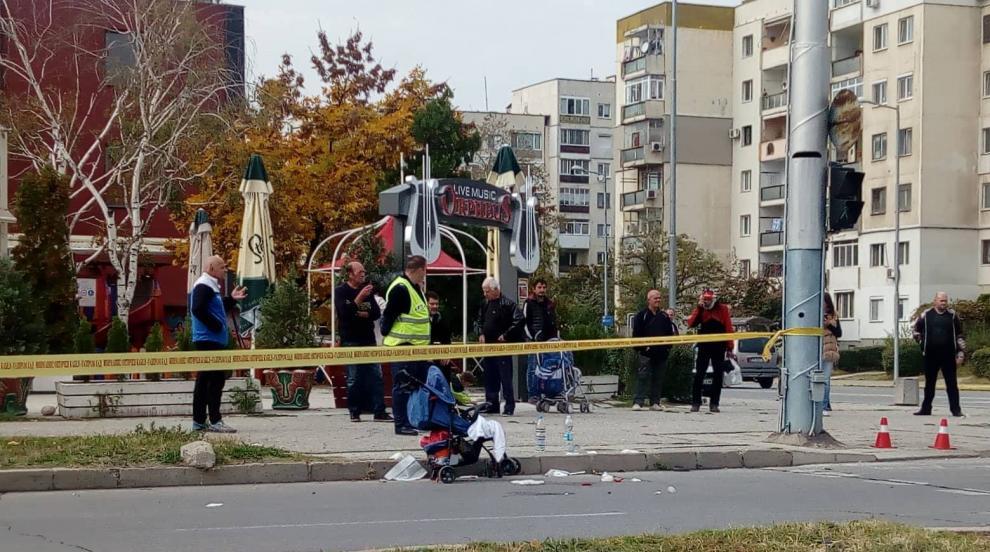 Автобус блъсна майка с количка на пешеходна пътека в Пловдив (СНИМКИ)