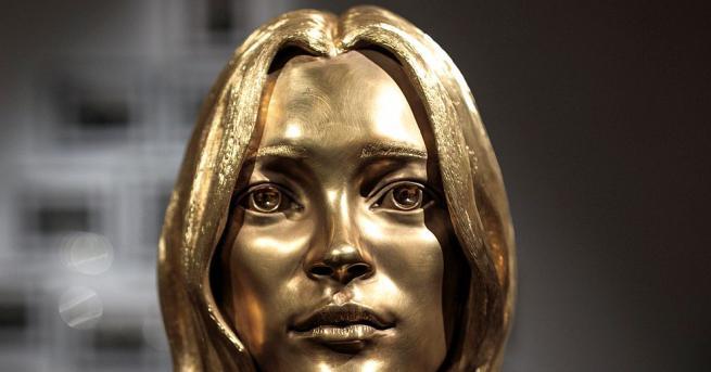Изваяната глава от злато с проба 18 карата на манекенката