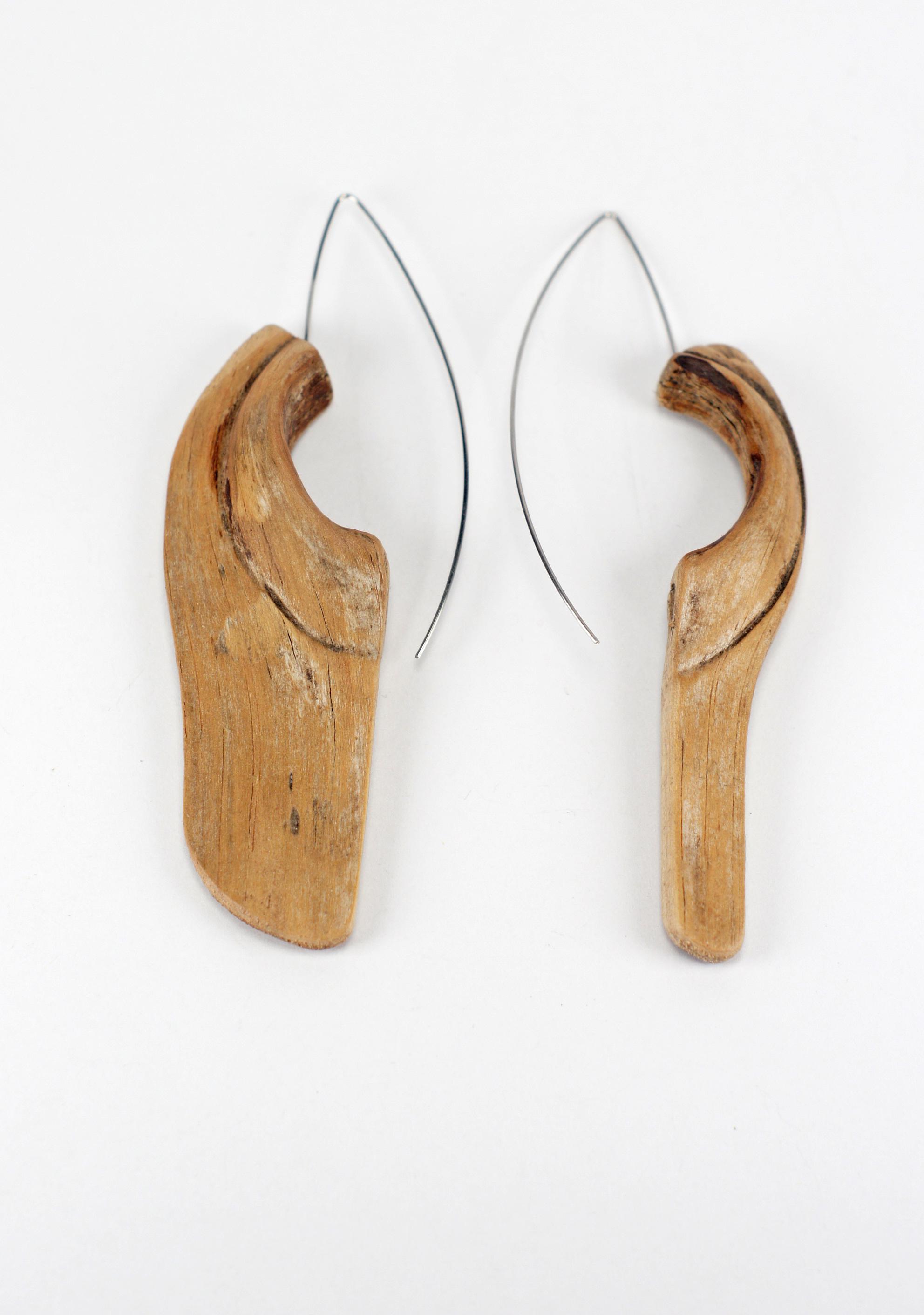 Обеци `The perfect two` - обеците бяха едно парче дърво, намерени в село в Троянския Балкан, за кукичките е използвана ръчно огъната стоматологична тел.