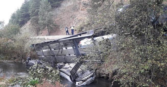 Автовоз излезе от пътя и падна до река Глазне край