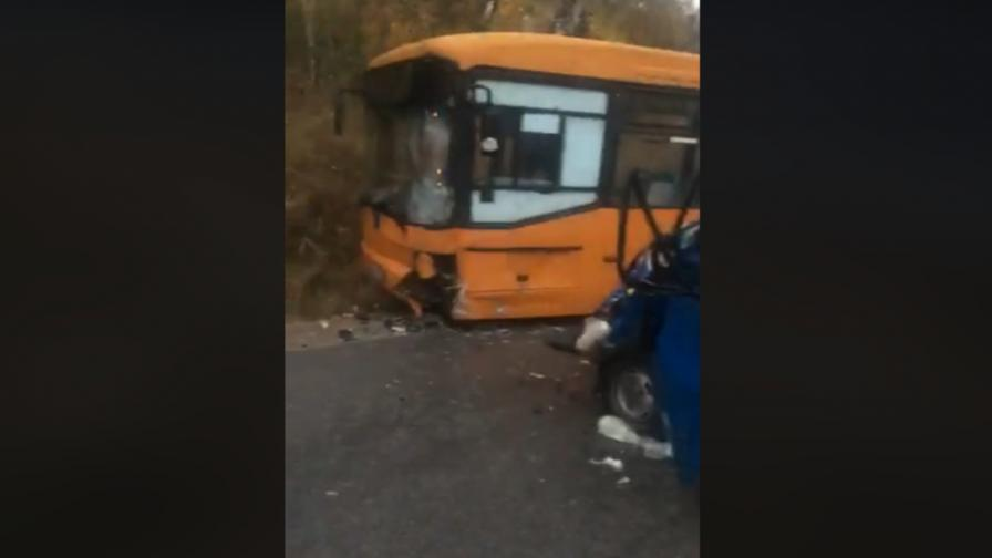 Катастрофа между бус и автобус в София