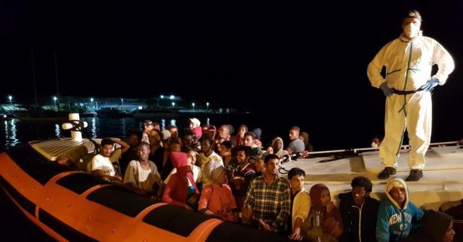 Над 100 мигранти, спасени с кораби, чакат от месеци в