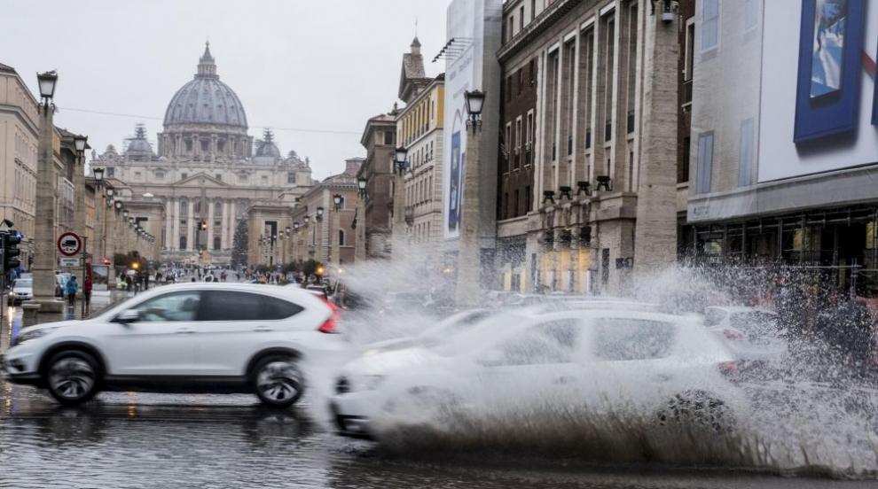 Проливен дъжд наводни улиците и няколко метростанции в центъра на Рим