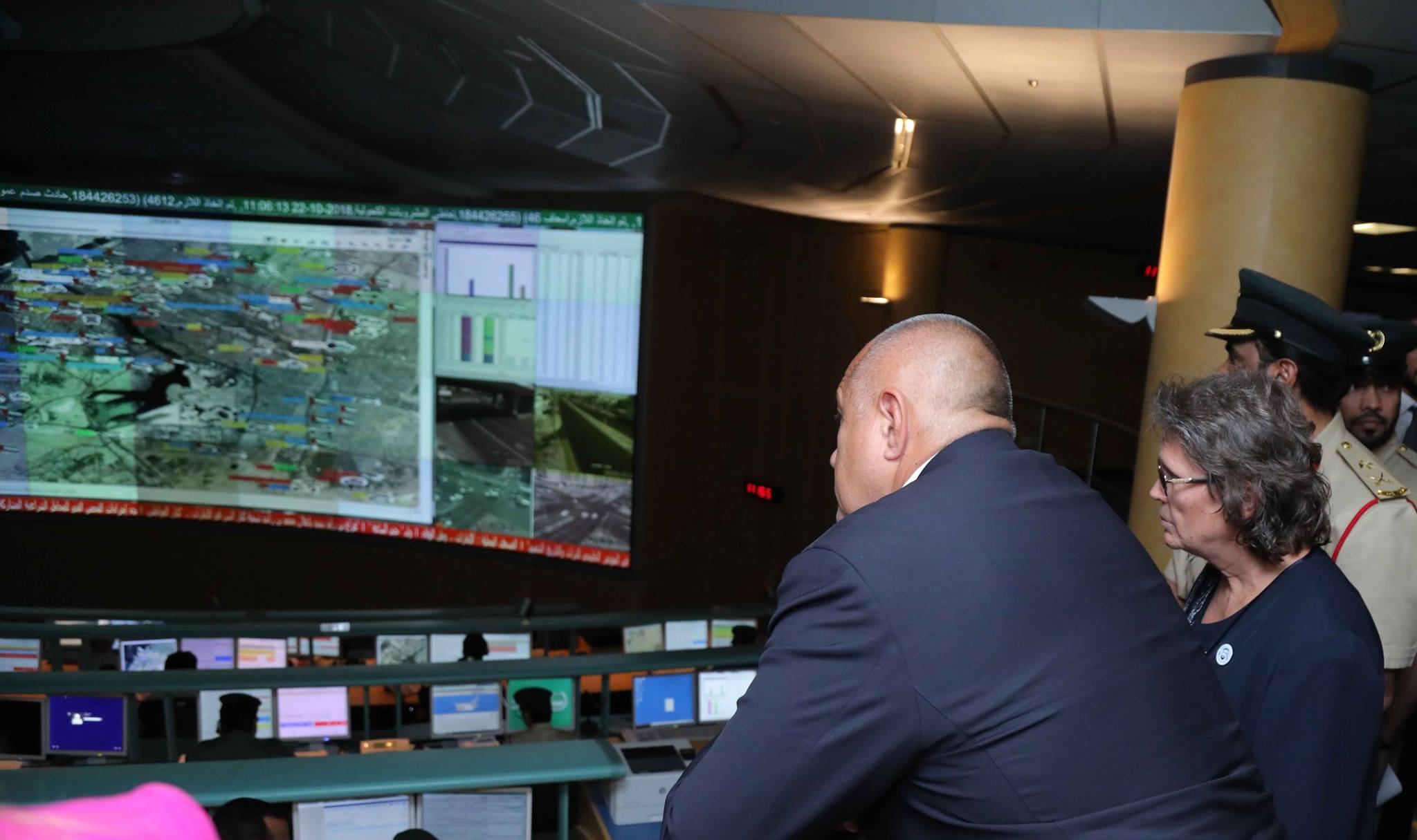 Премиерът Бойко Борисов посети Центъра по операциите на полицията в Дубай и там подкара луксозна патрулна кола.