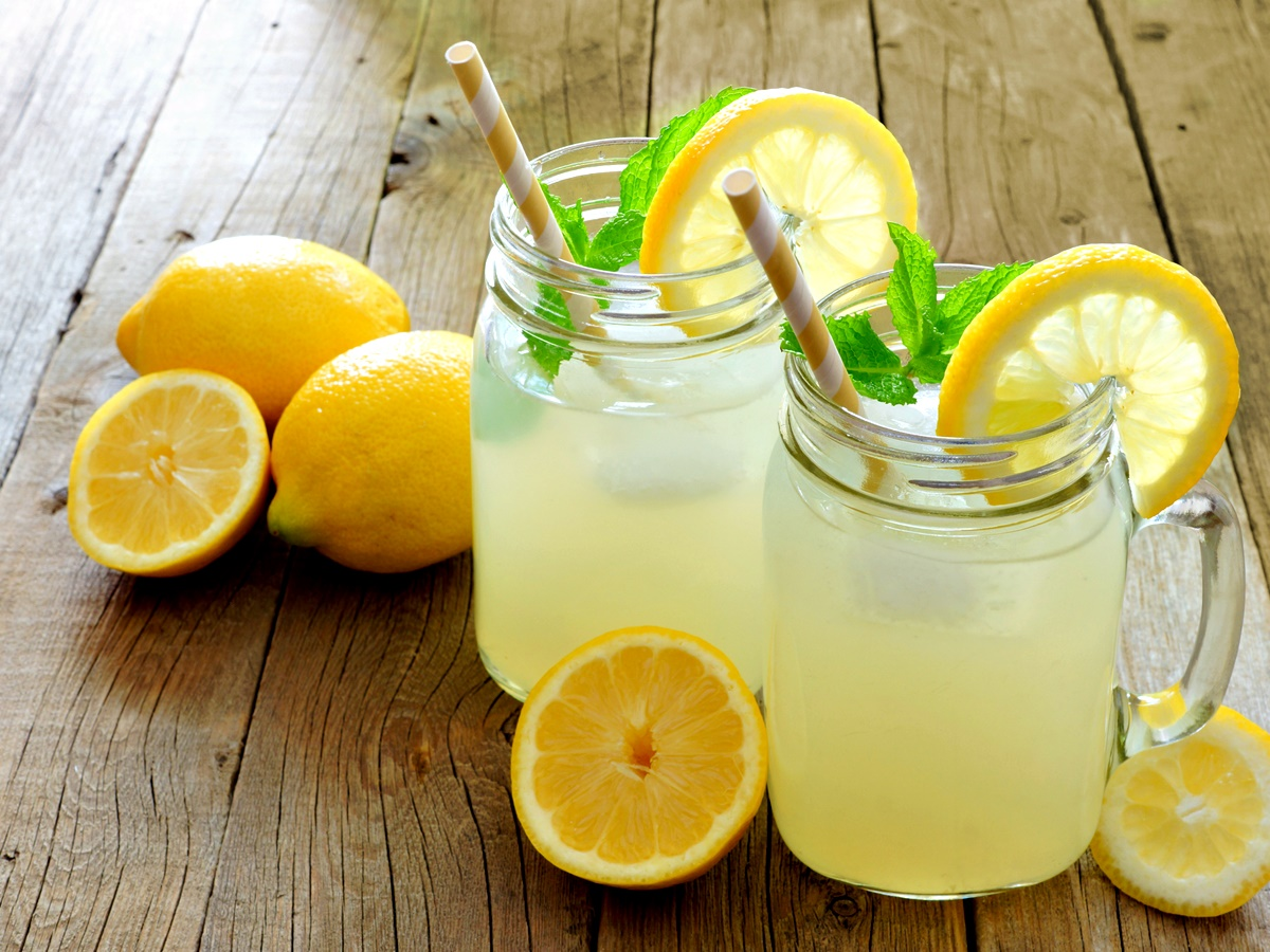 """Детоксикация<br /> През 1941 г. ентусиастът диетолог Стейнли Бъроугс създава лимонадената диета. Рецептата е проста: сок от лимон или лайм, кленов сироп, вода и лют червен пипер. Лимонадата трябва да се пие в продължение на поне 10 дни.<br /> Да, от тази диета се отслабва, просто защото в дълъг период от време тялото разполага с изключително малко калории поради състава на """"магичната"""" лимонада. Веднага, щом се завърнете към обичайното хранене, ще си възвърнете килограмите, защото тялото ви ще иска да се презапаси поради стреса, че може би отново ще бъде подложено на този режим."""