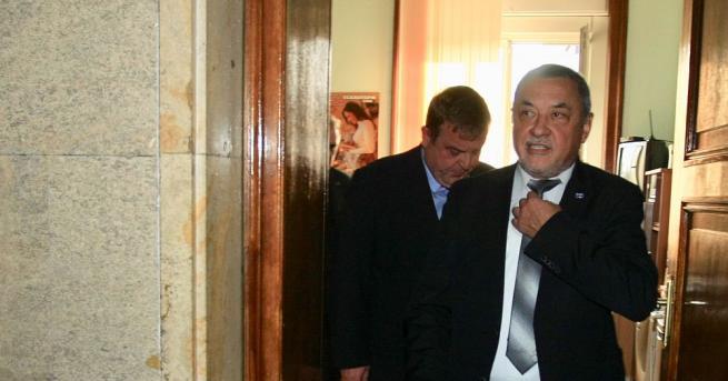 Валери Симеонов няма да подаде оставка. Това стана ясно след