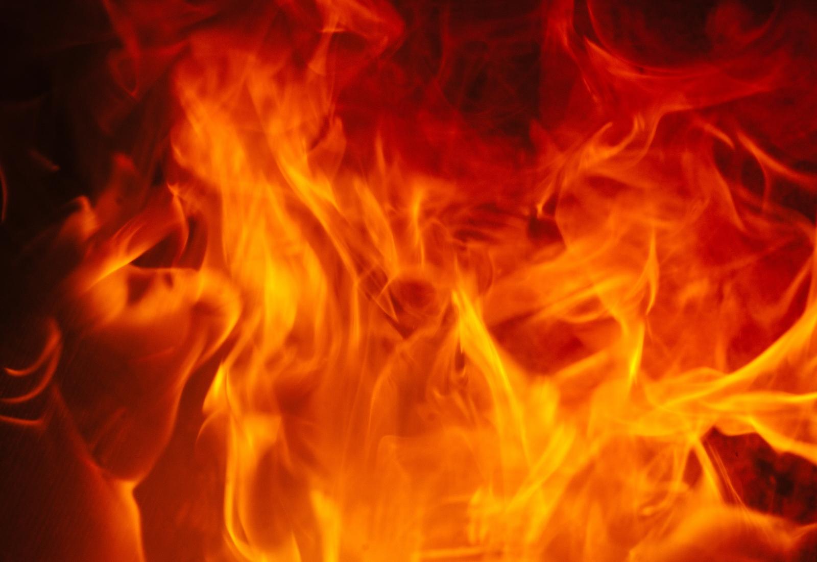 Верен отговор б) - Да стоите ниско долу. Топлината и пушекът се издигат нагоре, ето защо ниско долу ще имате повече кислород и по-добра видимост.