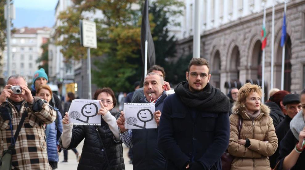 Майки на деца с увреждания протестират заради новия пост на Валери...