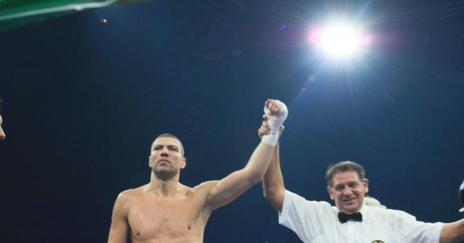 Българският боксьор Тервел Пулев е със счупена лява ръка. По-малкият