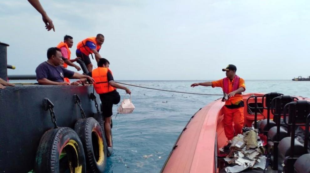 Индонезийските власти още търсят черната кутия от пилотската кабина на...